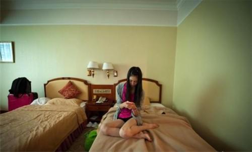 凭借176cm的身高和良好匀称身材,还在上初中三年级的松川来海被世界三大模特经纪事务所之一的日本奥斯卡模特事务所的星探相中,经过几个月的培训,她被幸运地选送参加在中国广西举行的亚洲超级模特大赛。因为对环境感到不适应,松川来海向主办方申请单独睡一间。在房间里,她打开电视但并不看,只是想让房间里有点声音,通常她都是默默地用手机上一些日本的社交网站打发无聊。