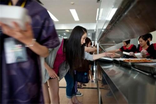 总决赛快要开始了,模特们实行晚起晚睡的作息。到了电视台大家开始吃午饭,接下来开始排练。松川来海午餐吃了些许米饭,一个鸡蛋,几片南瓜和一根茼蒿。