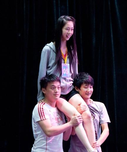 她在排练时被两个男舞者扛上T台,害羞地吐了下舌头。她说自己那一刻感到很害怕。
