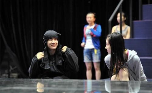 """""""中国达人""""卓君受邀参加表演,他与松川来海在台下打了个照面,但是语言不通,两人只能相视而笑。"""