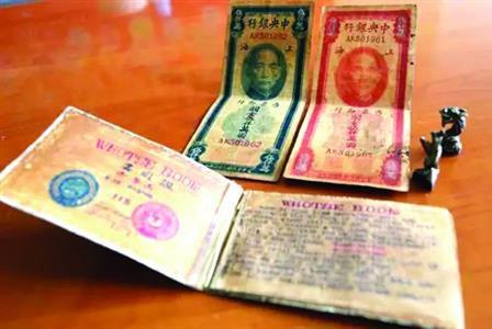 大连卢老师供给的贷款阐明书、两张存单及两枚印鉴的图像。