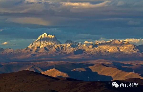海拔5280米的雅拉神山主掌其他淘气的小神山,维持着康巴大地的秩序.