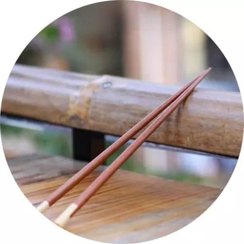"""将筷子长短不齐的放在桌子上.人们习惯将它叫""""三长两短"""",代表""""死亡""""."""