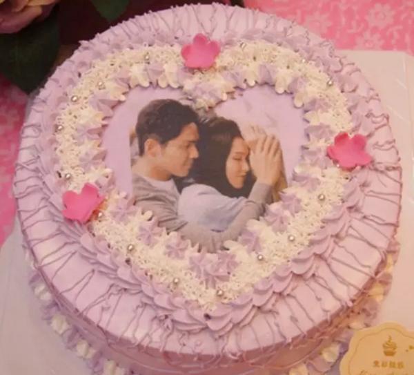 图案,图像喷打在食用纸上然后将食用纸覆盖到蛋糕表面上,然后装饰色彩