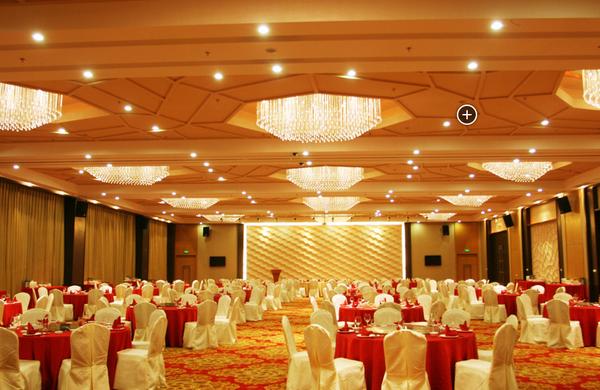 宴会厅整个设计宽敞典雅,融入了新中式装修元素,布局合理到位.图片