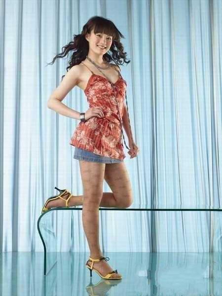 孙俪的这幅妆容还是可以接受的,虽然腮红略显老气,不过还能看的过去。只是甄嬛娘娘那时的身材、发型和打扮和丝袜,怎么看都让小编联想到了——凤姐。PS:这种款式的凉鞋现在看来真是十分山寨。