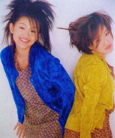 """这个有点山寨的""""时装秀""""不知道姐妹俩看了会有个感想,是不是那个时候谁也不会想到这样的两人如今不但升级为时尚女神,更成为令人羡慕的阔太了。"""