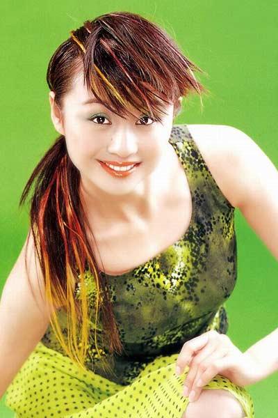 那时候的曹颖还真是够时髦的,发色可是今年最流行的彩色挑染啊。底妆很精致,只是绿色的眼影配上红色的唇色,实在是太雷人了。