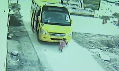 安徽4岁女童卷入幼儿园校车车轮不幸身亡
