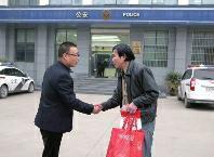 """华商报讯(记者卿荣波)9日全部早晨,刘老师都难以入眠,""""我那是裤兜里放了一根火腿肠,怎样就说我是小偷呢?"""""""
