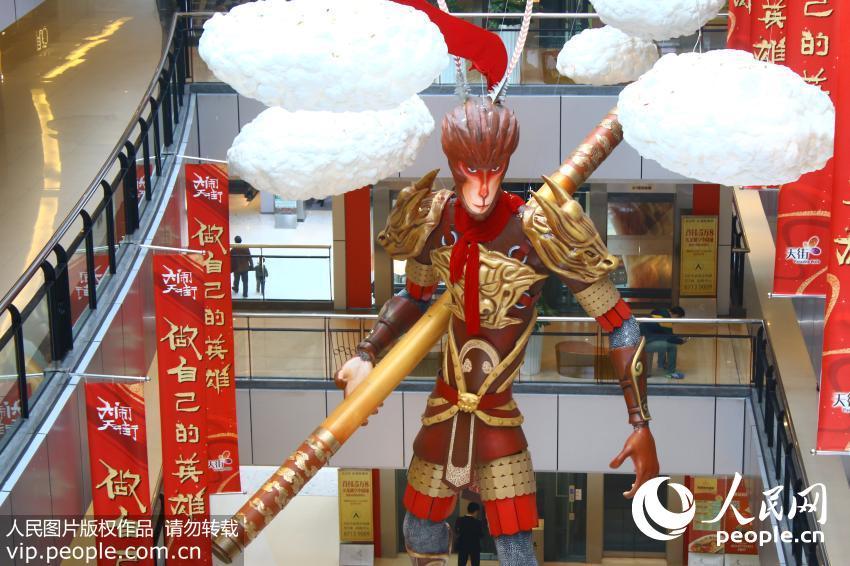 """重庆现三层楼高巨型""""齐天大圣"""" 吸收路人围观"""