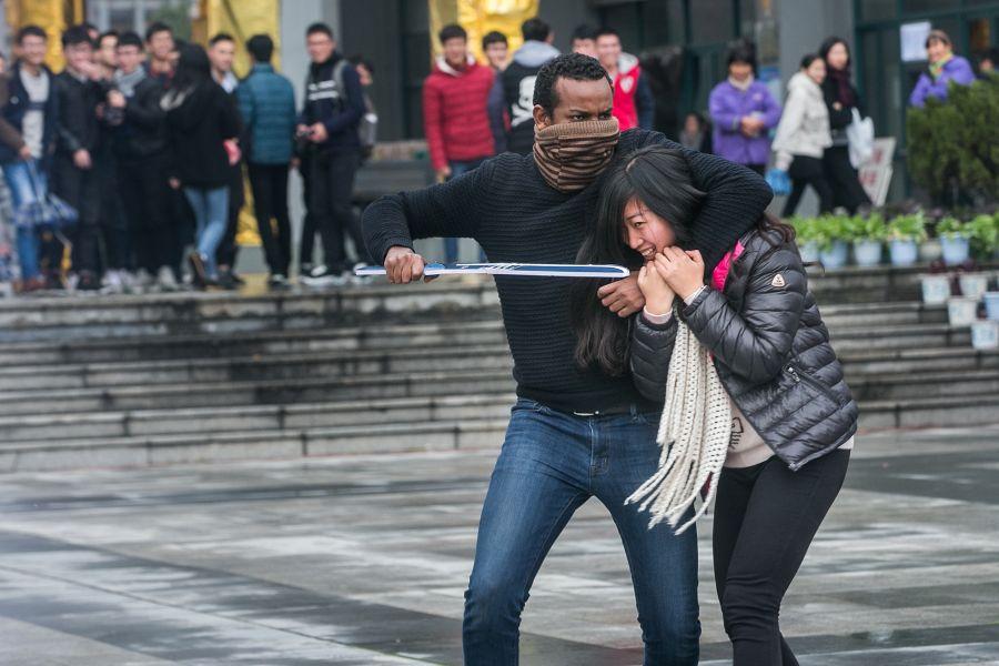 2015年12月10日,浙江杭州,小和山高教园区在浙江科技学院举办防暴防恐应急归纳演练,模仿黉舍发作恐惧暴力攻击的应急处理。