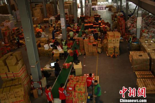 图为宁波栎社保税物流中心工作人员正在分拣、打包跨境商品。 宁波出入境检验检疫局 摄