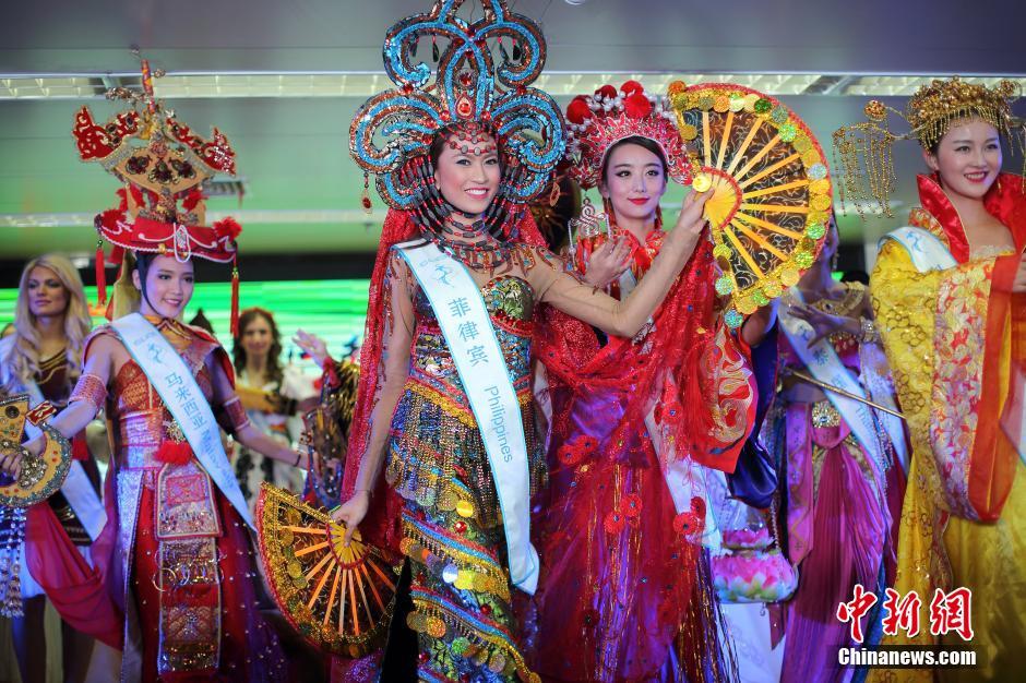 """12月11日,2015第50届全球生态旅游小姐世界总决赛(MISS ALL NATIONS)参赛佳丽们走进南京,展示各国民族服饰并评出""""最佳国服""""单项奖,最终被来自菲律宾的蕾依达获得。据悉,她们以""""美丽中国行""""为主题,开展慈善访问、绿色文化论坛、世界总决赛颁奖盛典等一系列国际文化交流活动。中新社记者 泱波 摄"""