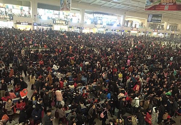 汉口火车站列车大面积正点, 多量游客停留。