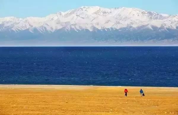 """中国 高山/赛里木湖古称""""净海"""",是新疆一个风光秀丽的高山湖泊,背靠..."""