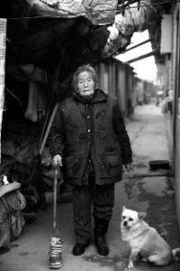华商报讯(记者张莉)推着小车车,装着各类渣滓,户县91岁孤寡老太行动踉跄,天天靠捡拾渣滓为生。固然社区为她请求了低保,也劝告她加入医保,但被她回绝了,白叟说,她只想有个户口。