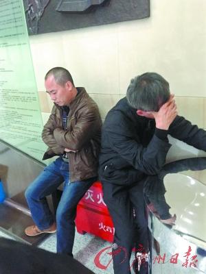 11日,林森浩的父亲及家人去上海二中院讯问案情。CFP供图