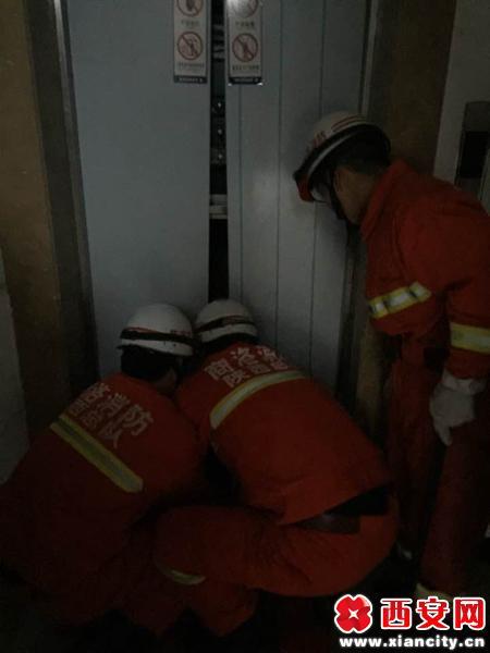 停电孩子被困电梯 消防官兵安抚情绪成功救援(组图)
