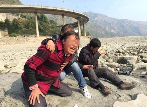 女孩沉尸河中 水电站员工将尸体绑水边要打捞费