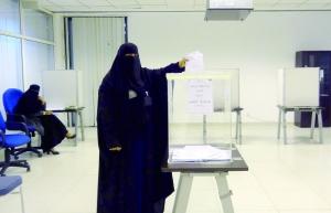 """沙特女性投出史上""""第一票"""" 选举结果今日公布"""