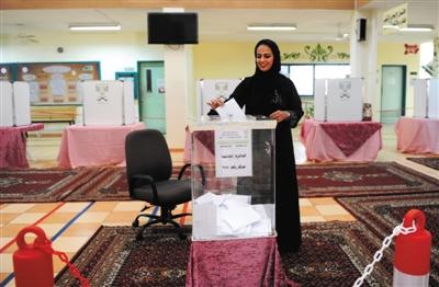 """沙特女性投出史上""""第一票"""""""