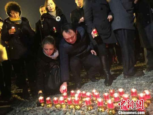 侵华日军南京大屠杀遇难同胞纪念馆祭场内举行烛光祭。唐娟 摄