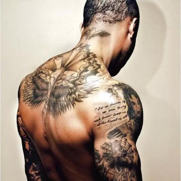 酷品 潮物    三角肌,肱三头如此发达的人,这纹身才配,不然图案更本撑