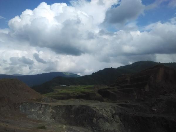 蔚蓝的天空,在缅甸翡翠矿区主要是以挖翡翠为生活,所以在这边土地上
