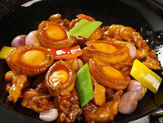 鲍鱼的烹制讲究一定的火候和方法,鲍鱼海鲜味十足,搭配上鸡肉的香味.
