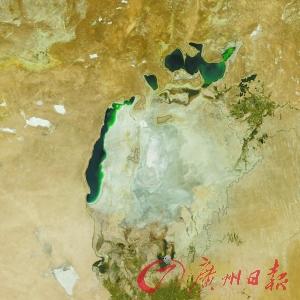 """2014年 从1960年以来,在地球上曾经存在了550万年的咸海遭逢""""水危急"""", 美国国度航空航天局(NASA)拍照的太空相片显现,适当于8个广州大的水域面积消逝不见,逾九成水量曾经蒸腾殆尽。"""