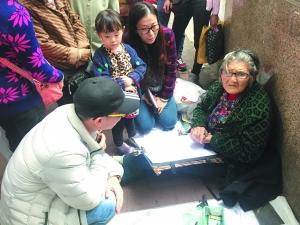 昨天,老奶奶在中山八路摹仿作画。资讯时报记者 陈引 摄