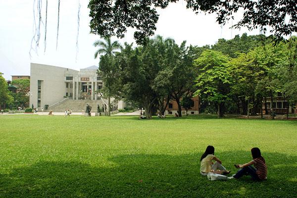 广州中山大学礼芳堂及大草坪。 东方IC 材料图