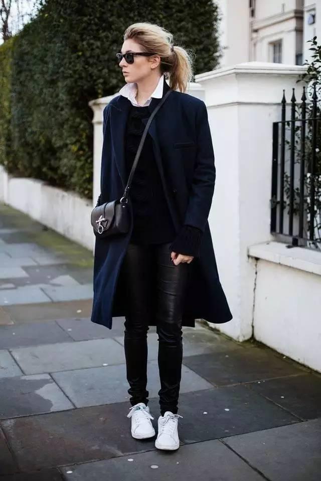 粉粉的长大衣是可以扮嫩减龄的,搭配黑色皮裤和白色运动鞋,经典的图片
