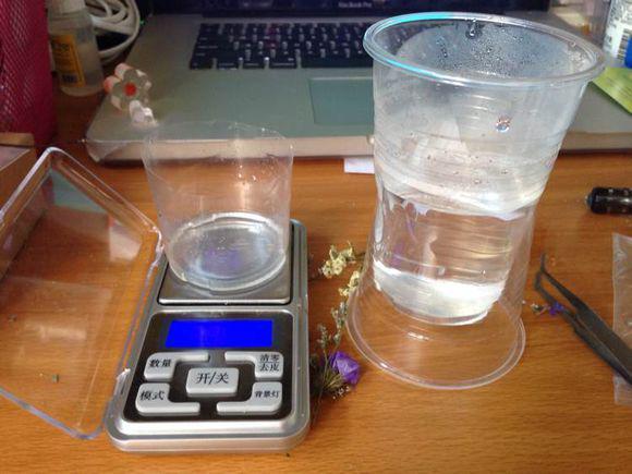 第一步,准备好制作水晶手镯的材料:水晶滴胶,一次性杯子,电子称图片