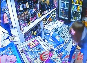 士多的监控拍到女生(左)到店内买烟的进程。此时,店主娘(右)正从货柜拿烟。