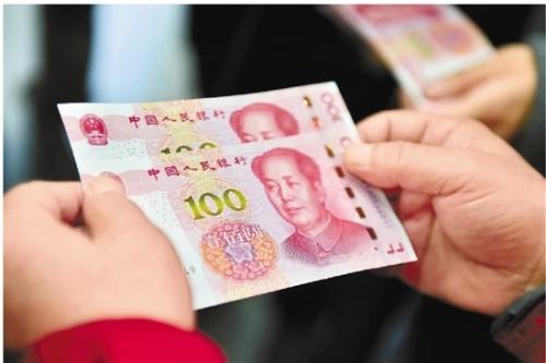 """2015年11月12日开始,2015年版第五套人民币100元纸币正式发行,这是自2005年8月以来,央行再次发行新版人民币。新版人民币在外观上与前一版有明显不同,因其正面的阿拉伯数字""""100""""成金色,更是被戏称为""""土豪金""""100元。"""