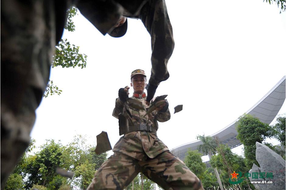 12月11日,武警广西总队南宁市支队立足冬训特点大力开展冬季大练兵活动,提高官兵遂行任务能力,全面提升了部队战斗力。(王俞 许少川摄影报道)