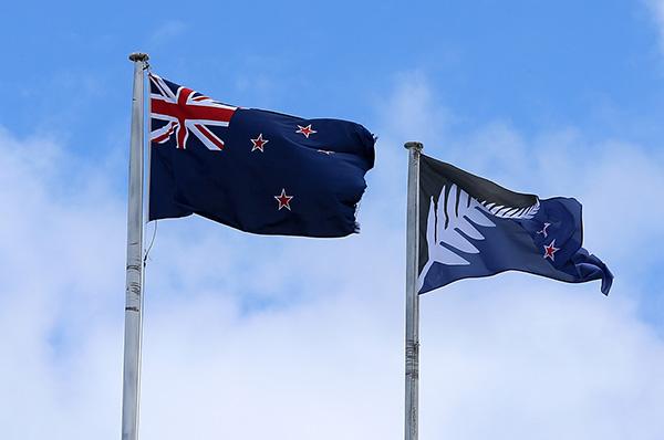 本地�r刻2015年12月14日,新西�m�W克�m,新西�m�F用��旗(左),在公投中得�俚乃{好�呐渖��溥x���(右)。 ��X��家 �D