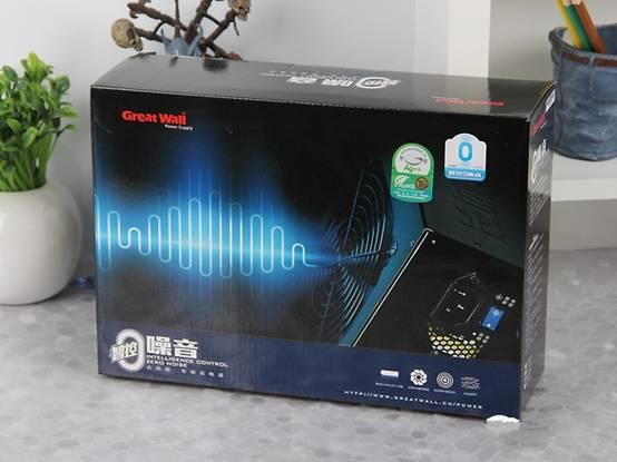 """长城智控0噪音采用可回收纸盒包装,以蓝色为主色调,体现出它安静,沉稳的特点。包装上印有显眼的绿色标志,同时配合自家专利的""""智控0噪音""""技术,主打就是低碳环保的主旋律,同时高功率和高规格打造,平稳输出延长电源和其他硬件使用寿命,降低电脑硬件的损耗速度,减少电子垃圾对环境的影响。"""