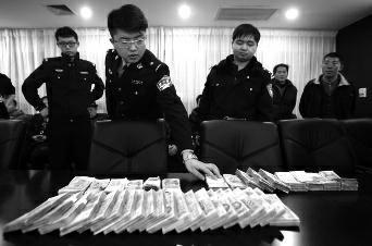 昨日,在西安市公安局高新分局刑警大队的会议室内,十多名受害人领回他们曾交给黑恶势力的保护费。