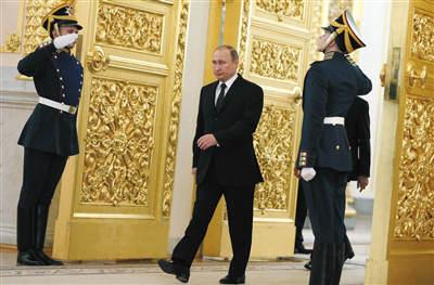 11月26日,俄罗斯总统普京在莫斯科参加一场活动,可以明显看出其走路时左臂摆动,右臂几乎不动。