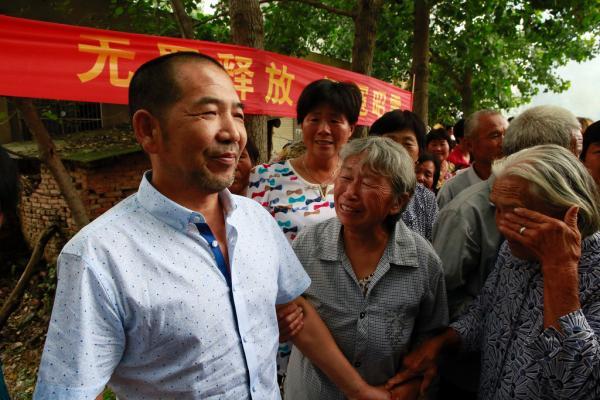 面对热情的村民,十几年没回到家乡的张云已经认不出面容。 澎湃新闻记者 雍凯 图