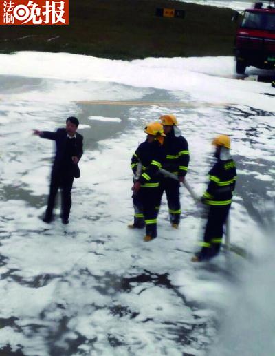 救火员用泡沫救活剂喷了一下子后,才得知喷错了飞机
