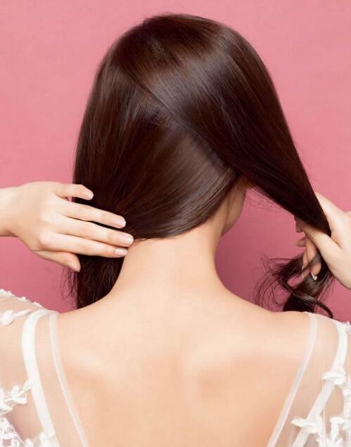 一,耳侧编发发型教程图解 单侧的蝎子辫能束起所有发丝,巧妙地展露出