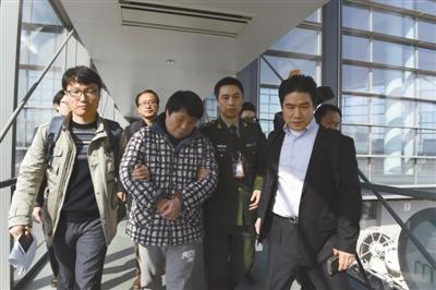 姜泰�F在南京禄口国际机场被移交给韩国执法部门供图/CFP