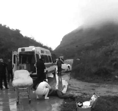 急救人员正在对被打者施救。微博图片