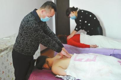 12月16日,男催乳师小杨正在操练推拿。