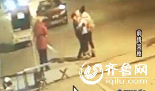前几天的视频中,红衣女子公然抢夺别人的孩子。