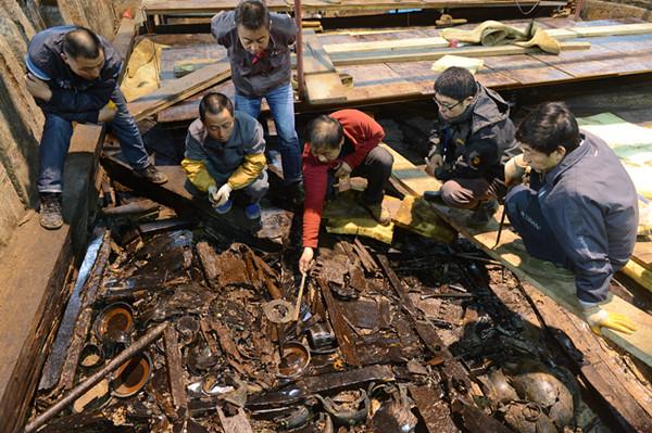 杨军和考古队员在海昏侯墓发掘现场